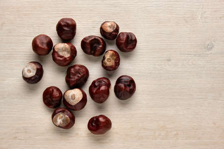 Chestnuts on a wooden background. Flat lay, top view Stockfoto