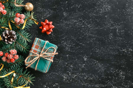 Christmas and New Year holiday background with a gift box, fir tree branches and seasonal decorations on chalkboard. Flat lay. Space for text 版權商用圖片 - 158205580