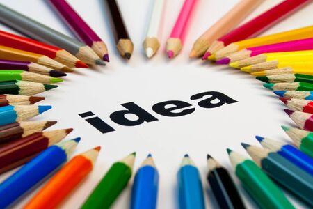 pensamiento creativo: Vista detallada de muchos l�pices de colores dispuestas en c�rculo sobre la idea de palabra
