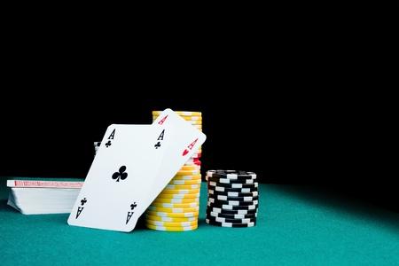 Jetons de jeu, une pile de cartes et deux aces Banque d'images - 10962933