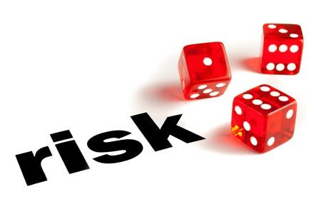 Närbild av ett par transparenta tärningar på ordet risk