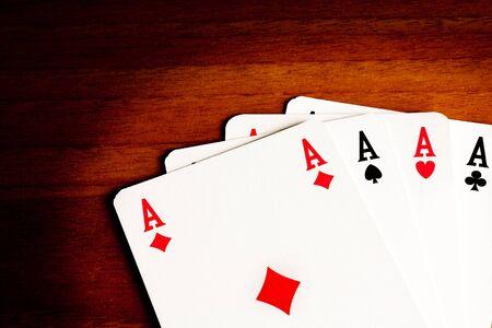 texas hold em: detalle de los ases del poker en la madera vieja