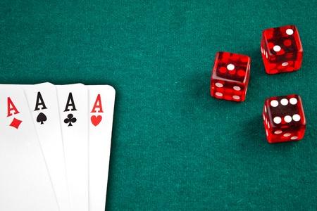 Cartes de poker et de dés dans le coin en arrière-plan d'un tissu vert Banque d'images - 11585894