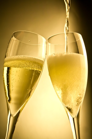 Ende der Befüllung ein Paar Glas Champagner auf goldenem Hintergrund Standard-Bild - 11586562