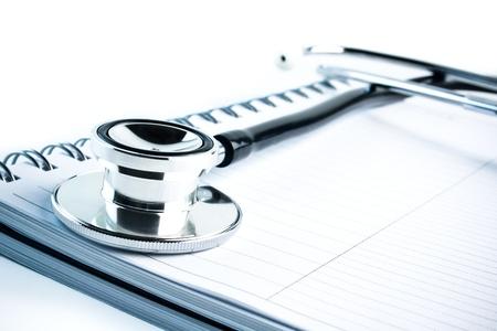 detalj av medicinsk stetoskop med blå nyans på notebook
