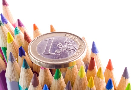 detalj av euromynt på färgpennor tips