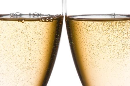 brindisi spumante: dettaglio di applausi con due bicchieri di champagne con oro bolle su sfondo bianco