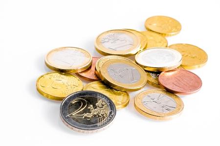 zone euro: crise de la zone euro, quelques pi�ces de monnaie en euros sur fond blanc