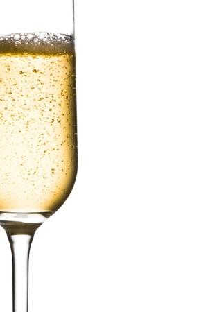 brindisi spumante: mezzo bicchiere di champagne con le bollicine e lo spazio per il testo su uno sfondo bianco Archivio Fotografico