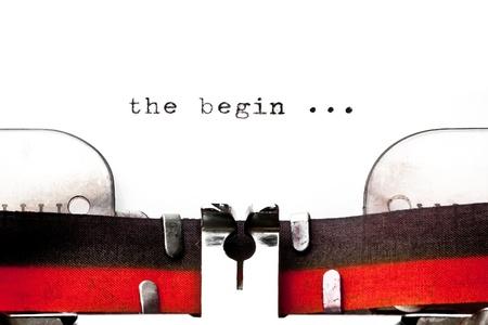 empezar: imagen del concepto con la palabra comienzan impreso en una vieja m�quina de escribir Foto de archivo