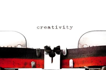 古いタイプライターに印刷する単語の創造性と概念イメージ