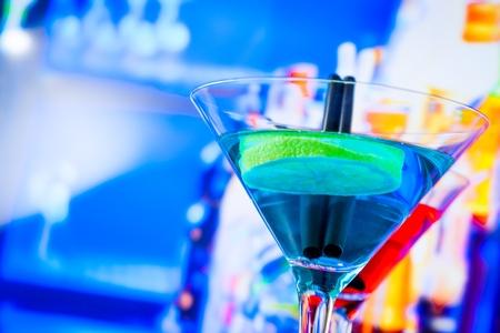 blauwe en rode cocktail met loungebar achtergrond met ruimte voor tekst, dans disco-concept