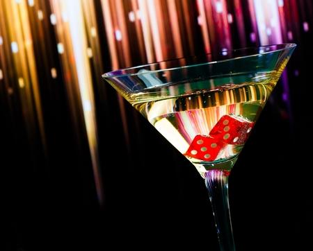 röda tärningarna i cocktailglas på färgglada gradient bakgrund Stockfoto