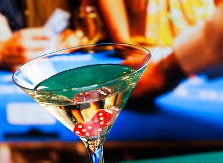 Cocktailglas vor Spieltisch, Casino-Konzept Standard-Bild - 32442264