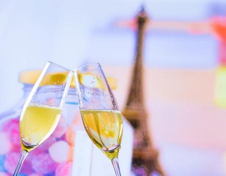 ett par champagne flöjter med gyllene bubblor gör jubel på oskärpa torn Eiffel bakgrund alla hjärtans dag och kärlek koncept