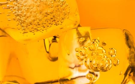 whisky: close-up de whisky dans le verre avec de la glace utilisée pour le fond, texture whisy