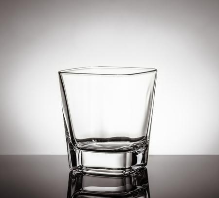 whisky: verre vide de whisky sur la table noire avec la réflexion sur fond blanc, le temps de se détendre avec le whisky Banque d'images