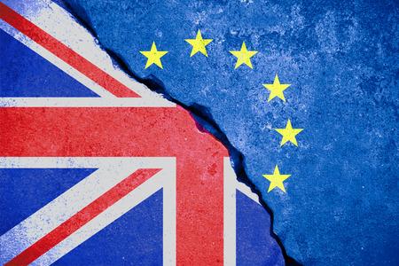 brexit blauwe europese unie EU-vlag op de gebroken muur en half grote vlag-brittannië, stem voor United Kingdom exit-concept