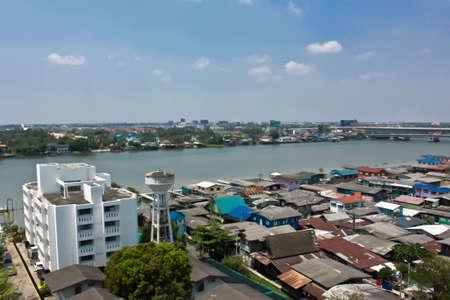 krottenwijk: Een sloppen wijk Amutrnr Sakhon provincie, Thailand. Stockfoto