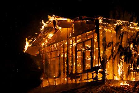 haushaltshilfe: Haus Feuer in dem hei�en Wetter.