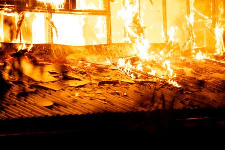 Huis brand in het warme weer. Stockfoto