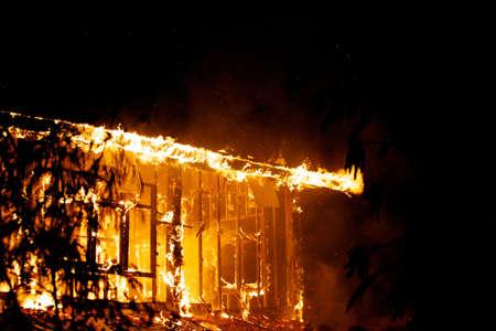 incendio casa: Fuego de la casa en el clima caliente.