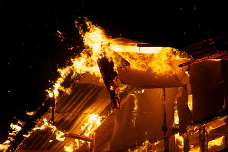Haus Feuer in dem heißen Wetter. Standard-Bild - 22157848
