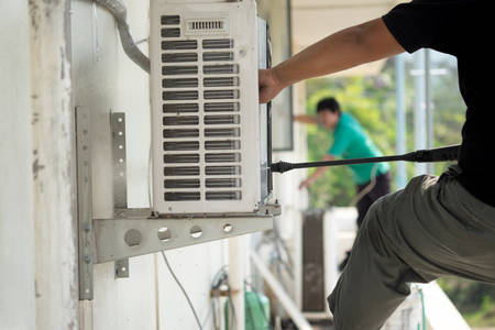 contaminacion aire: Limpieza del aire acondicionado Foto de archivo