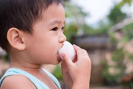 Kinderen eten gekookte eieren
