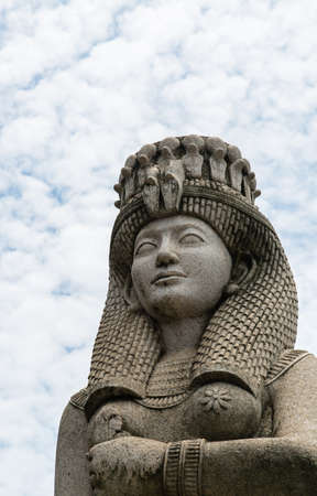 Egypt style sculpture in the cloudy sky background Banque d'images - 124912051