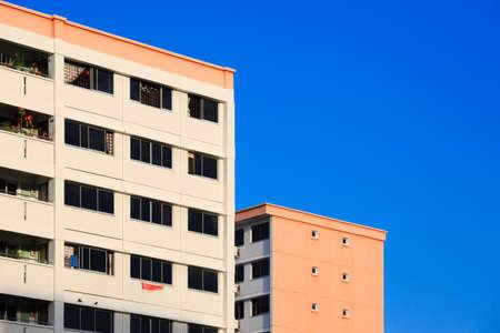 Singapur - 22. FEB 2019: Singapur HDB-Wohngebäude im Hintergrund des blauen Himmels