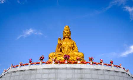 Hegang, China-29 de septiembre de 2018: estatua sentada de la diosa de la compasión y la misericordia, Guanyin en el templo