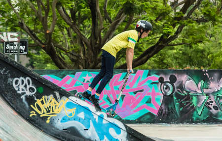 Singapore-09 NOV 2017: young guy playing skateboard in a park 版權商用圖片