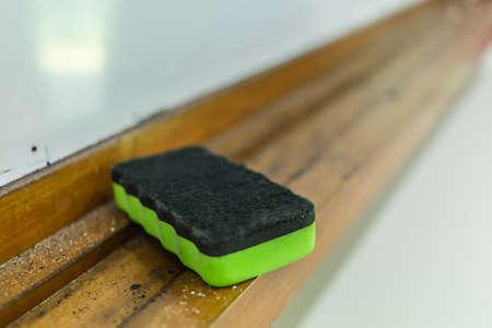 Borrador de pizarra de color verde de plástico vista de cerca