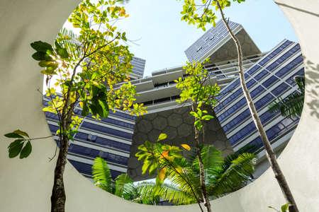 Singapur-28 de diciembre de 2018: Vista del condominio entrelazado desde el aparcamiento del sótano Foto de archivo