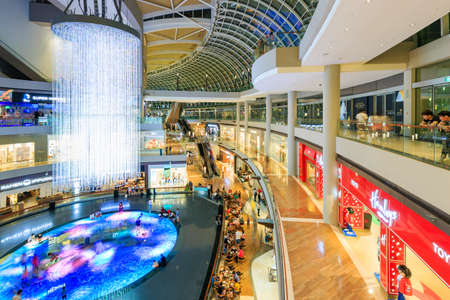 Singapore-30 APR 2018: Marina bay sands shopping mall interior view Banco de Imagens
