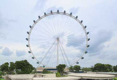 Singapore-10 MAR 2018: Singapore Flyer Ferris wheel in cloudy sky view Standard-Bild