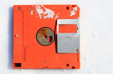 aufgegebene gebrochene Diskettenanzeige in weißem Hintergrund