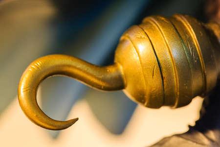 Crochet de pirate doré jouet vue rapprochée