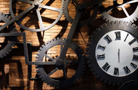 Clock on a red brick wall with cogs gear 版權商用圖片
