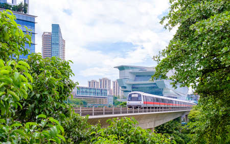 Singapore-22 DEC 2017: Singapore mrt train view from green forest Publikacyjne