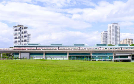 Singapore-22 DEC 2017: Singapore mrt train view from green open space Publikacyjne
