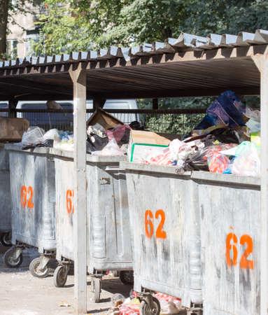 botes de basura: en el patio de los botes de basura de hierro