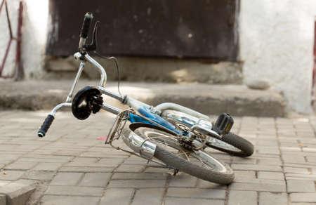 마당에있는 어린 이용 자전거