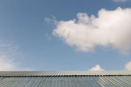 家の屋根の上の美しい青い雲