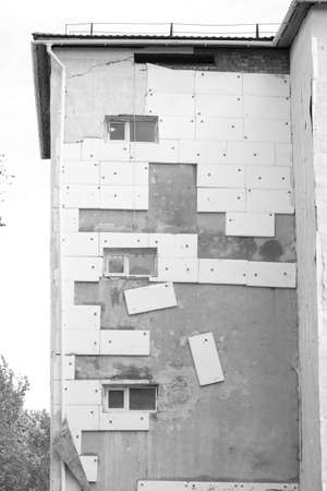 Construction - thermal insulation with expanded polystyrene, poor-quality work Banque d'images