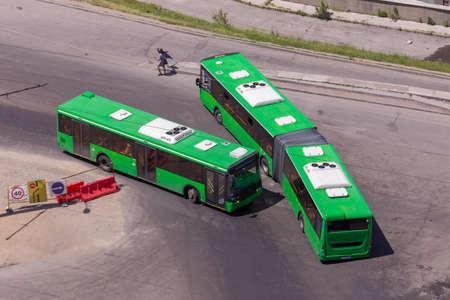 Veicoli progettati per trasportare un gran numero di passeggeri su una strada cittadina. Vista dall'alto