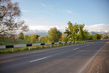 Carretera asfaltada hasta el pueblo en el fondo de la montaña.
