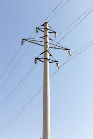 Power lines with concrete pillar on a sunny day (high voltage tower)\ Banque d'images - 130624549