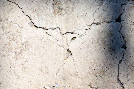 mur de ciment en béton fissuré dans un bâtiment industriel, idéal pour votre fond de conception et de texture Banque d'images